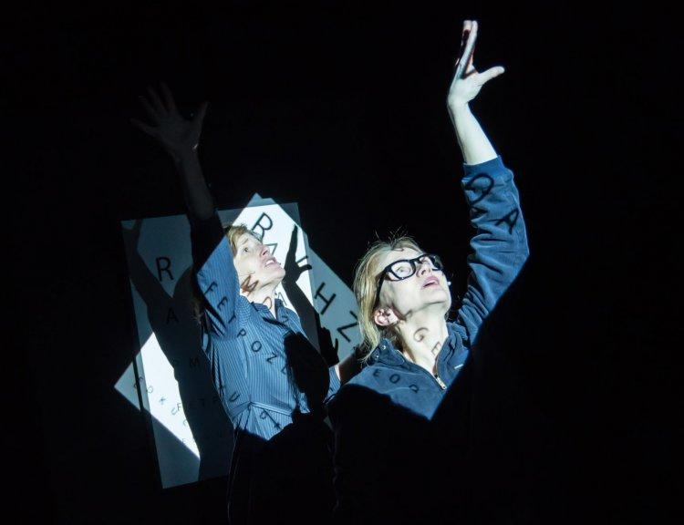 clanek_Hamburské divadlo v Praze uvedlo Tanec v temnotách, inscenace pracuje se slepotou