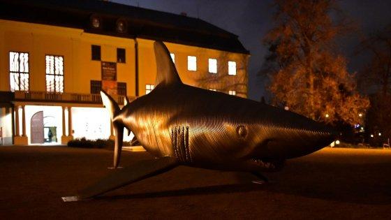 clanek_Sedmimetrový žralok na zámku. Zlínská galerie vystavuje sochy Michala Gabriela